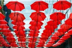 Dekoracyjny Czerwony Parasol zrozumienia Sunshade sufit z rzędu Fotografia Stock