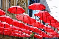 Dekoracyjny Czerwony Parasol zrozumienia Sunshade sufit z rzędu Obrazy Stock