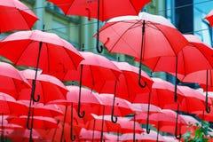 Dekoracyjny Czerwony Parasol zrozumienia Sunshade sufit z rzędu Obraz Royalty Free