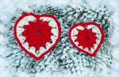Dekoracyjny dziewiarski serce na jedliny gałąź Zima wakacji pojęcie Miłości pojęcia tło Luty 14 Tekstylny czerwony serce dalej Fotografia Stock