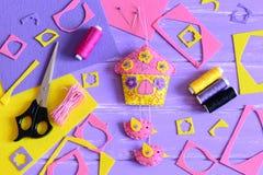 Dekoracyjny filc dom z ptakami Szwalni materiały i narzędzia na drewnianym tle Domowej roboty filc ściany dekoracja Zdjęcie Royalty Free