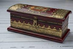 Dekoracyjny jewellery pudełko w czerwieni z złotem zdjęcie royalty free