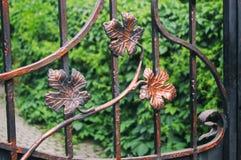 Dekoracyjny koniec metalu fechtunek z forged elementami Przybywający liście fotografia royalty free
