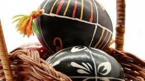 Dekoracyjny kosz z maluj?cymi Wielkanocnymi jajkami na bia?ym tle zdjęcie wideo