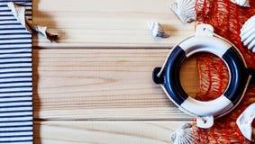 Dekoracyjny lifebuoy na tle drewniane deski zdjęcia stock