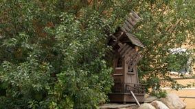 Dekoracyjny młyn pod drzewem zbiory wideo