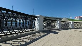 Dekoracyjny metalu ogrodzenie na nabrzeżu miasto zbiory wideo