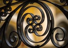 Dekoracyjny metalu ogrodzenie z zamazanym tłem obraz royalty free