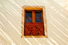 Dekoracyjny okno w świetle słonecznym i cieniu Fotografia Royalty Free