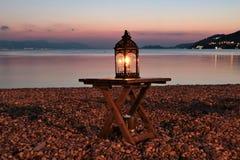 Dekoracyjny plażowy lampion przy półmrokiem fotografia royalty free