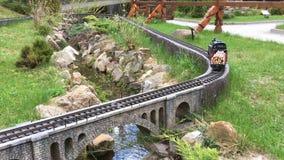 Dekoracyjny pociąg rusza się w lato parku na sztucznej kolei zbiory wideo