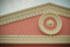 Dekoracyjny różowy europejczyka stylu szczytu wzór z białym stiukiem o Fotografia Royalty Free
