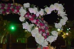 Dekoracyjny serce białe róże i łuk menchie kwitnie dla ślubnej nocy zdjęcie royalty free