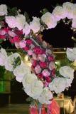 Dekoracyjny serce białe róże i łuk menchie kwitnie dla ślubnej nocy zdjęcia stock