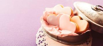 Dekoracyjny serce kształtował fondant ciastka w cynie Fotografia Stock