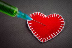 Dekoracyjny serce strzykawka z zielonym jadem obraz stock