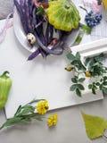 Dekoracyjny sezonowy życie przepiórek jajka wciąż, owoc, jagody, warzywa, pikantność na lekkim tle zdjęcia royalty free