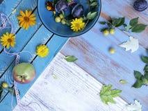 Dekoracyjny sezonowy skład na tła lekkich drewnianych owoc, warzywach, jesień liściach i kwiatach, obrazy stock