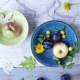Dekoracyjny sezonowy skład na tła lekkich drewnianych owoc, warzywach, jesień liściach i kwiatach, obrazy royalty free