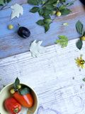 Dekoracyjny sezonowy skład na tła lekkich drewnianych owoc, warzywach, jesień liściach i kwiatach, zdjęcie stock