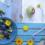 Dekoracyjny sezonowy skład na tła lekkich drewnianych owoc, warzywach, jesień liściach i kwiatach, zdjęcia royalty free