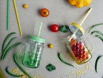 Dekoracyjny sezonowy skład pomidorowe i szparagowe fasole zdjęcia royalty free