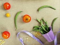 Dekoracyjny sezonowy skład pomidorowe i szparagowe fasole zdjęcie royalty free