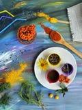 Dekoracyjny sezonowy skład warzywa, pikantność, owoc i kwiaty, obraz stock