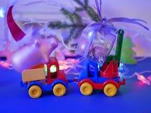 Dekoracyjny sezonowy skład zabawkarscy samochody, Bożenarodzeniowe zabawki, świnie w czerwieni czuł Santa kapelusze, Bożenarodzen zdjęcia royalty free