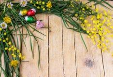 Dekoracyjny skład mimoza kwiaty i czekoladowi jajka dla Fotografia Royalty Free
