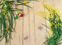 Dekoracyjny skład mimoza kwiaty i czekoladowi jajka dla Obrazy Stock