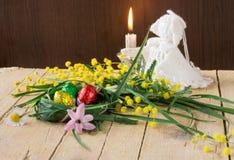 Dekoracyjny skład mimozy kwitnie czekoladowych jajka i ange Obraz Stock