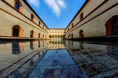 Dekoracyjny sztuczny basen w podwórzu antyczny grodowy Castello Sforzesco Sforza kasztel Obraz Royalty Free