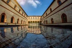 Dekoracyjny sztuczny basen w podwórzu antyczny grodowy Castello Sforzesco Sforza kasztel Obraz Stock