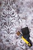 Dekoracyjny tynk tekstury adamaszek z ornamentami i budów narzędziami obraz stock