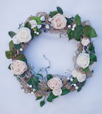 Dekoracyjny wianek dekorujący z sztucznymi kwiatami, liśćmi, koronką i jemiołą, Zdjęcie Stock