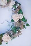 Dekoracyjny wianek dekorujący z sztucznymi kwiatami, liśćmi, koronką i jemiołą, Zdjęcie Royalty Free