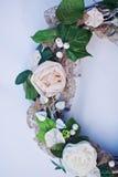 Dekoracyjny wianek dekorujący z sztucznymi kwiatami, liśćmi, koronką i jemiołą, Fotografia Royalty Free
