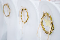Dekoracyjny wianek na białych krzesłach Obrazy Stock