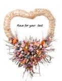 Dekoracyjny wianek na drzwi z kwiatami odizolowywającymi, miejsce dla teksta Fotografia Stock