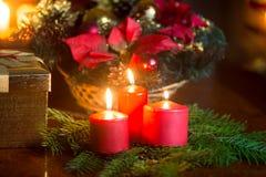 Dekoracyjny wianek z płonącymi czerwonymi świeczkami na stole przy żyć ro Zdjęcie Royalty Free