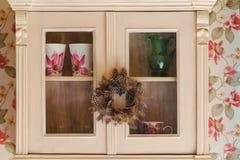 Dekoracyjny wianek z piórkami na kuchennym meble Zdjęcia Royalty Free