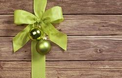 Dekoracyjny zielony łęk na drewnianym tle obraz stock