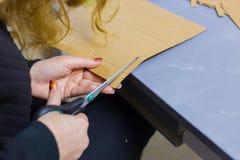 Dekoratör för yrkesmässig kvinna, märkes- arbete med kraft papper royaltyfria bilder