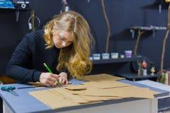 Dekoratör för yrkesmässig kvinna, märkes- arbete med kraft papper arkivfoton