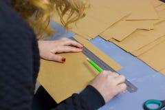 Dekoratör för yrkesmässig kvinna, märkes- arbete med kraft papper arkivbild
