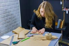 Dekoratör för yrkesmässig kvinna som arbetar med kraft papper royaltyfri foto