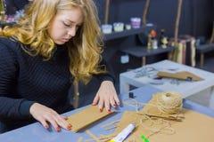 Dekoratör för yrkesmässig kvinna som arbetar med kraft papper arkivbilder