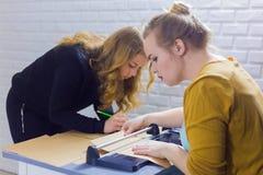 Dekoratör för yrkesmässiga kvinnor som arbetar med kraft papper fotografering för bildbyråer