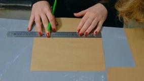 Dekorat?r f?r yrkesm?ssig kvinna, m?rkes- arbete med kraft papper fotografering för bildbyråer